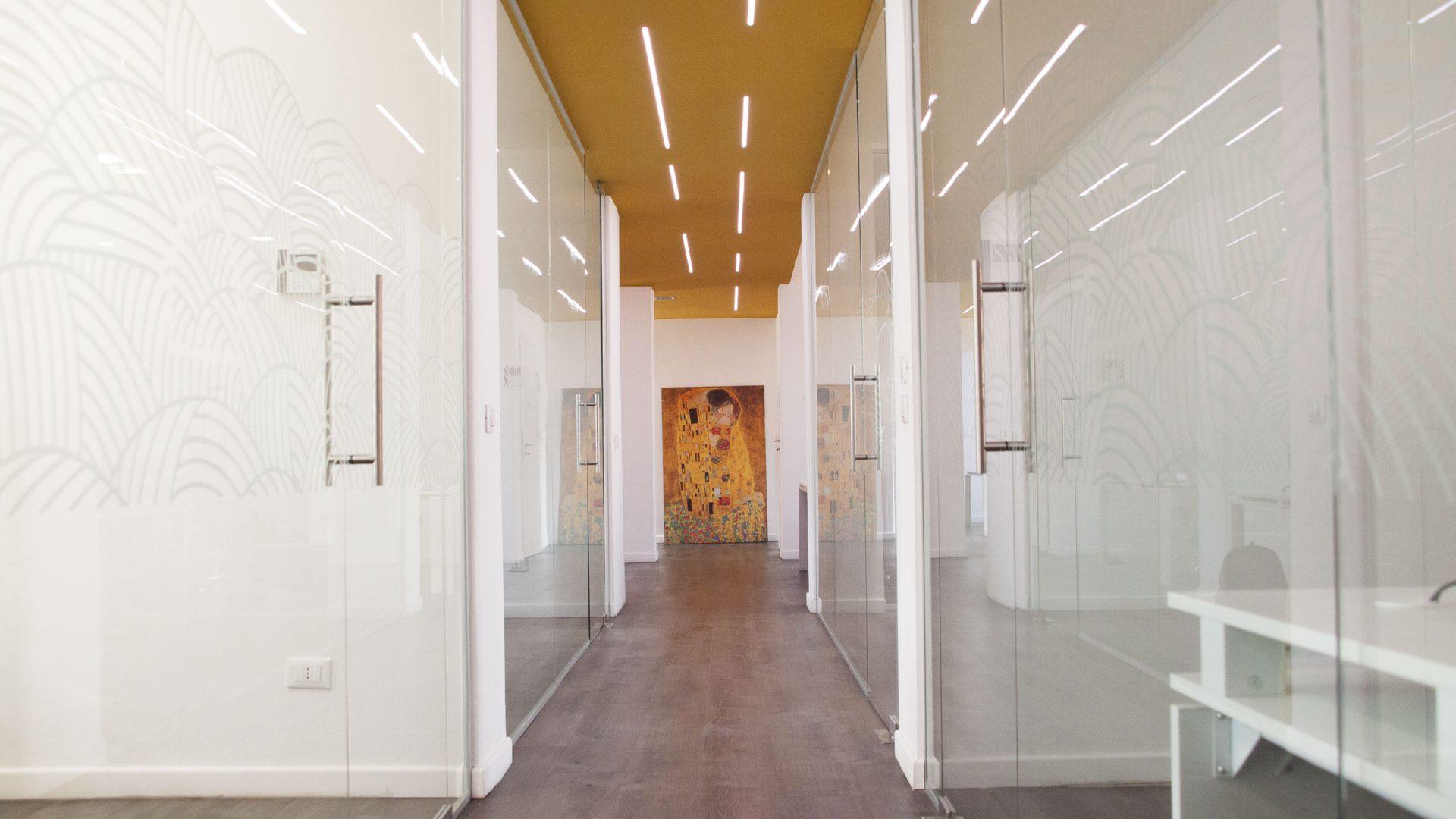 Corridoio dell'ufficio di Invisiblefarm con quadro in fondo