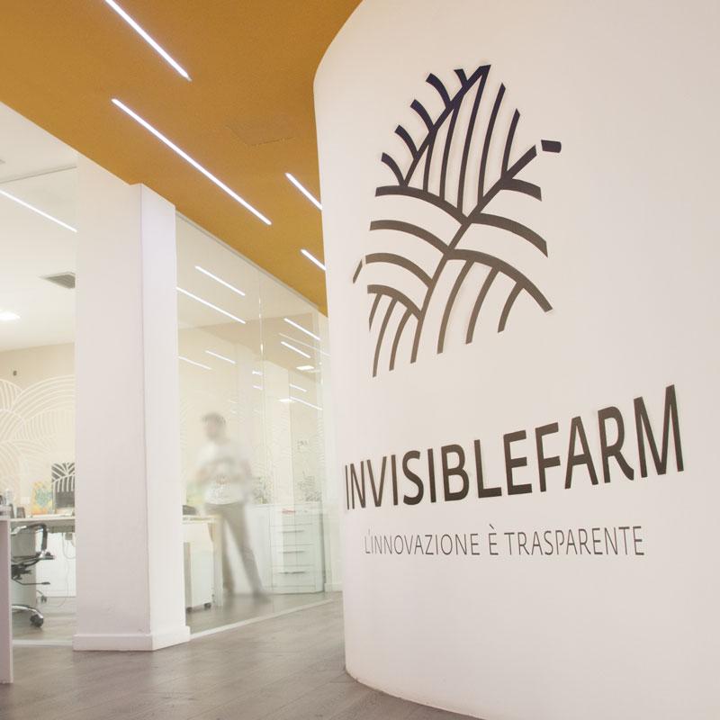 Ingresso dell'ufficio di Invisiblefarm con logo sulla parete