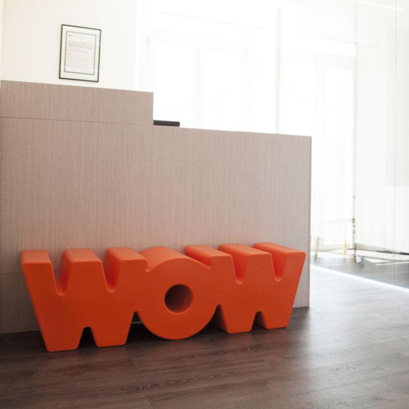 La scritta WOW presente all'ingresso dell'ufficio di Invisiblefarm