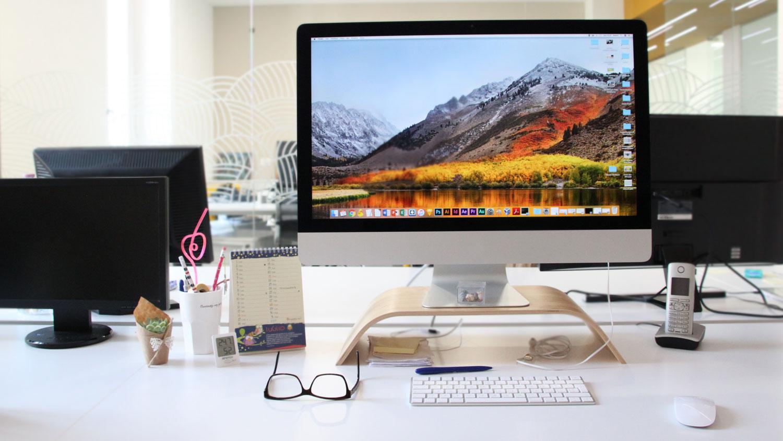 Una scrivania dell'ufficio di Invisiblefarm
